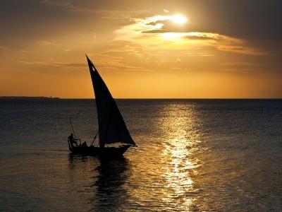 Boat-sailing-into-sunset[1]